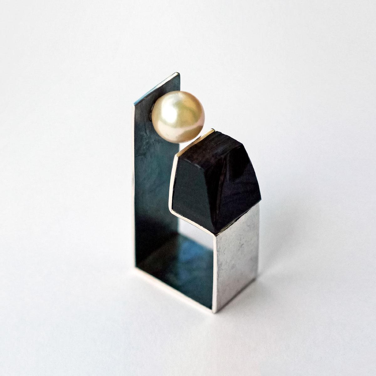 Ring Per piano e perla silver ebony pearl Stenia Scarselli Italiano Plurale artist