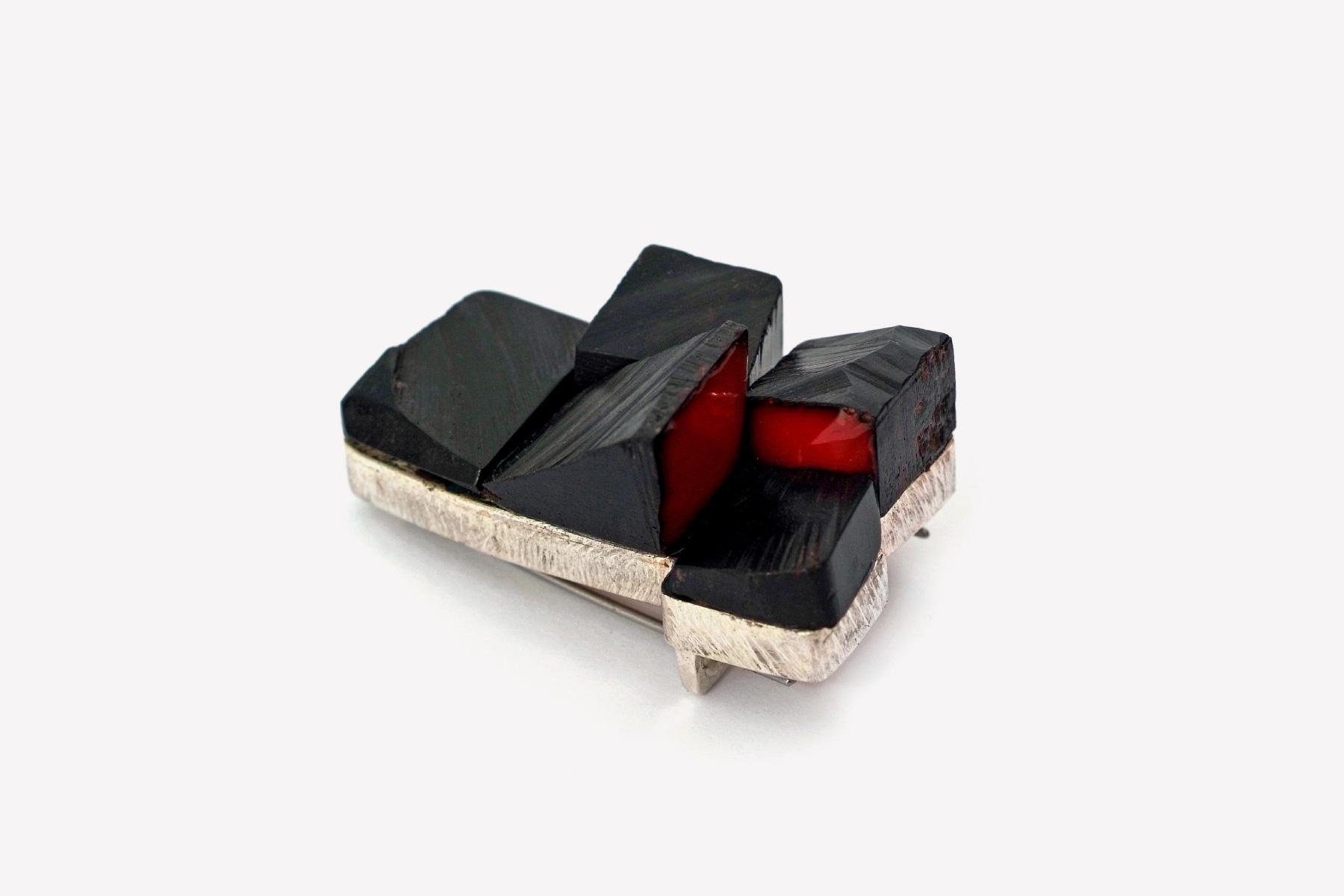 Stenia Scarselli brooch per piano rosso silver ebony two component resin